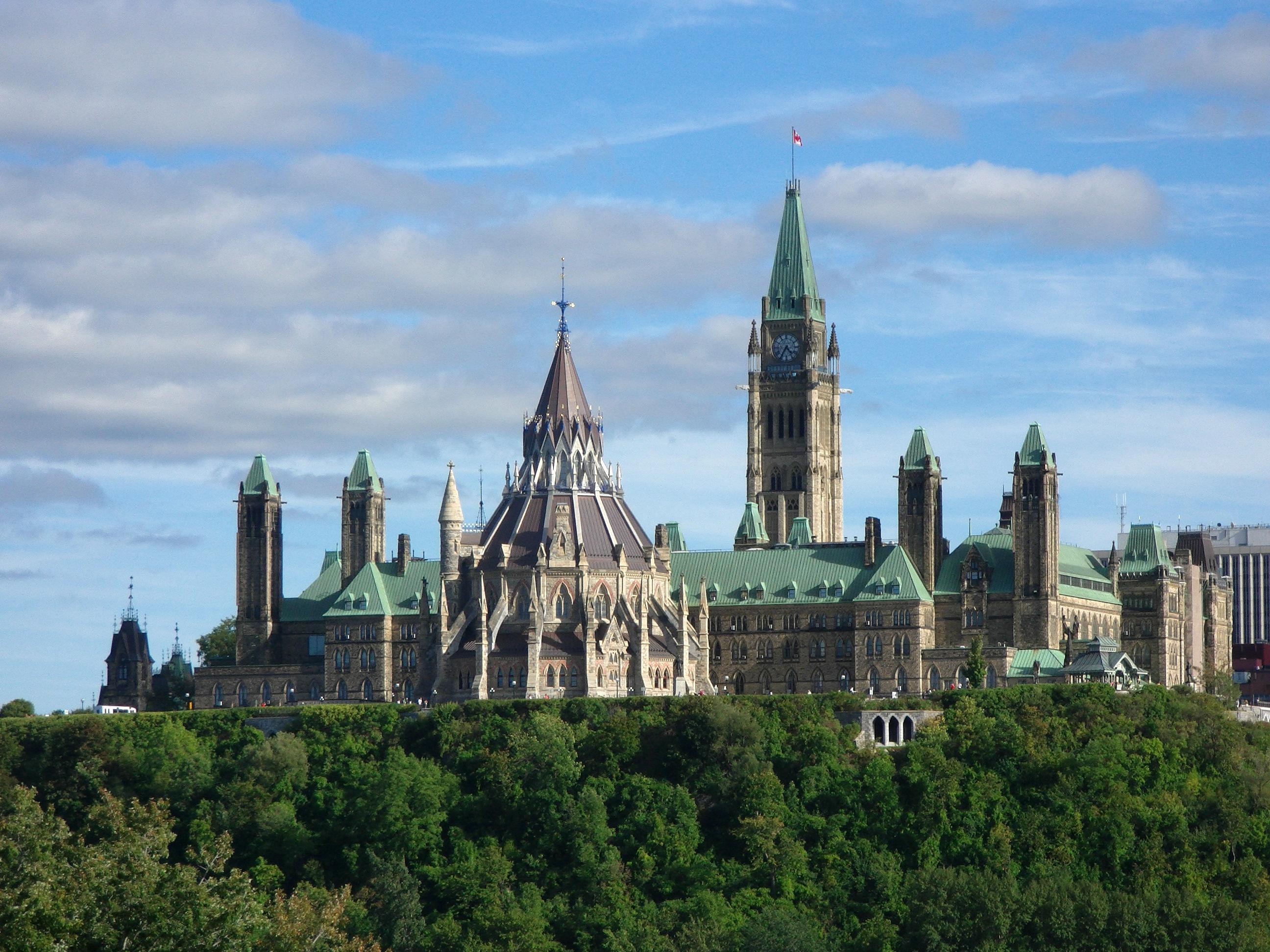 1、申领枫叶卡需要付申请费吗? a)对于在2002年6月28日以后首次登陆加拿大移民来讲,在该新移民向移民局提供邮寄地址之后,加拿大移民局将自动签发枫叶卡并邮寄给该新移民,无需支付申请费。 b)对于在2002年6于28日以前就已经登陆加拿大移民来讲,该移民要向移民局提出申请并支付每人50加币申请费。 2、申领枫叶卡是强制性的吗? 任何加拿大永久居民在2003年12月31日以后再次入境加拿大,都必须向边境相关人员出示枫叶卡来证明他们的永久居民身份。也就是说,对需要国际旅行的加拿大永久居民来讲,申领枫叶卡是强